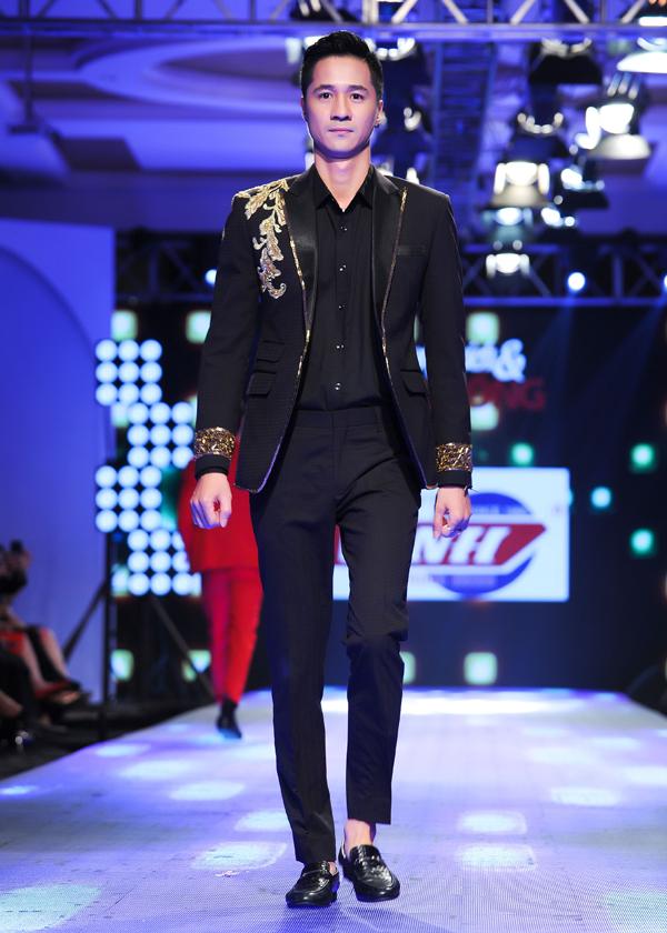 Người mẫu Anh Tuấn khoe vẻ điển trai, lịch lãm trong màn giới thiệu sưu tập Ánh kim.