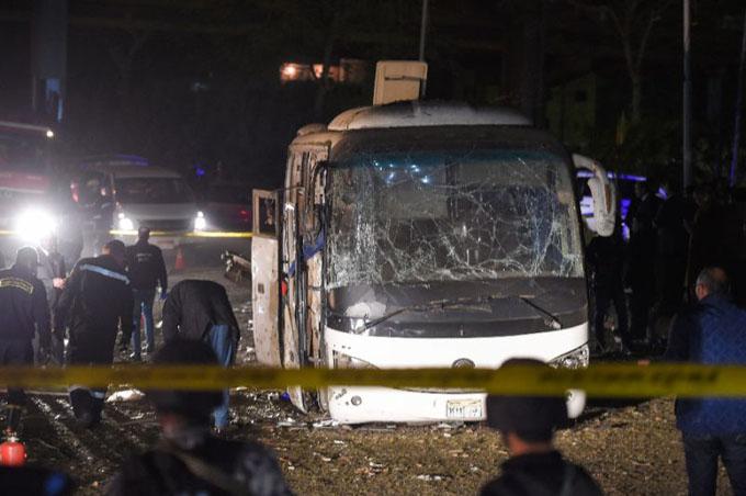 Chiếc xe buýt bị hư hỏng nặng sau vụ đánh bom tối 28/12. Ảnh: Reuters.