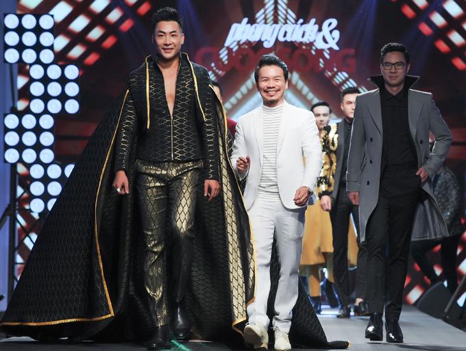 Vedette của tiết mục là mẫu nam Phạm Thành (trái) và first-face Anh Quân đưa nhà thiết kế Minh Hùng ra chào khán giả sau khi kết thúc màn diễn.