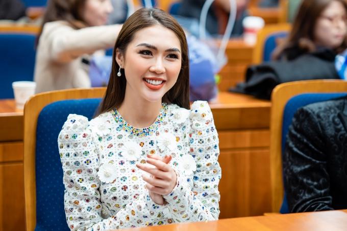 Hoa hậu Tường Linh vừa có chuyến đi bất ngờ đến Seoul, Hàn Quốc để nhận giải thưởng Global Gaia Awards  giải thưởng tôn vinh những cá nhân có nhiều đóng góp cho sự phát triển của cộng đồng và tinh thần thiện nguyện.