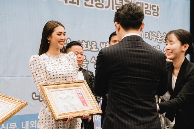 Tường Linh được chọn là đại diện Việt Nam nhận giải thưởng.