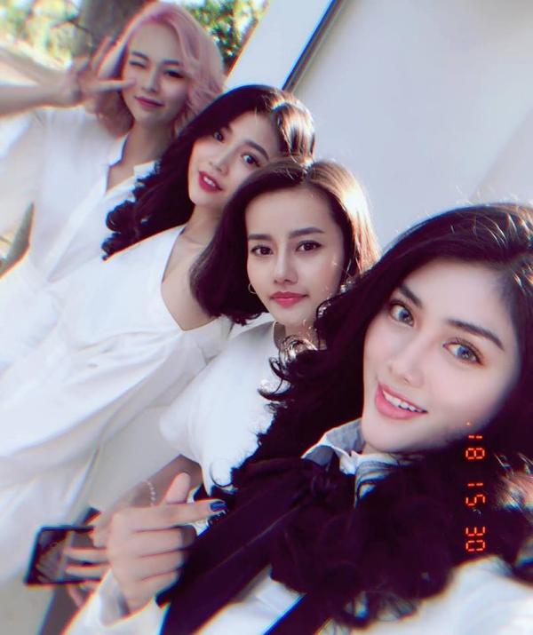Từ trái qua: Phí Phương Anh, Chúng Huyền Thanh, Kim Chi và Huỳnh Tiên chụp ảnh kỷ niệm tạo lễ đính hôn của Lê Hà.