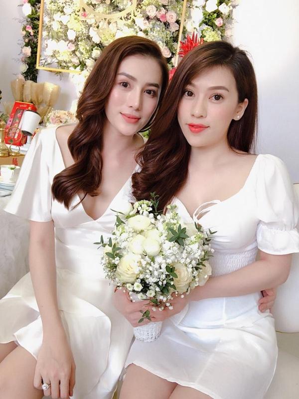 Sáng 30/12, người mẫu Lê Hà The Face (trái) tổ chức tiệc đính hôn với bạn trai thiếu gia tại quê nhà Gia Lai. Vốn là người kín tiếng tình cảm, việc Lê Hà đính hôn gâynhiều bất ngờ cho khán giả. Trên tay phải của người đẹp đeo chiếc nhẫn cưới đính kim cương.
