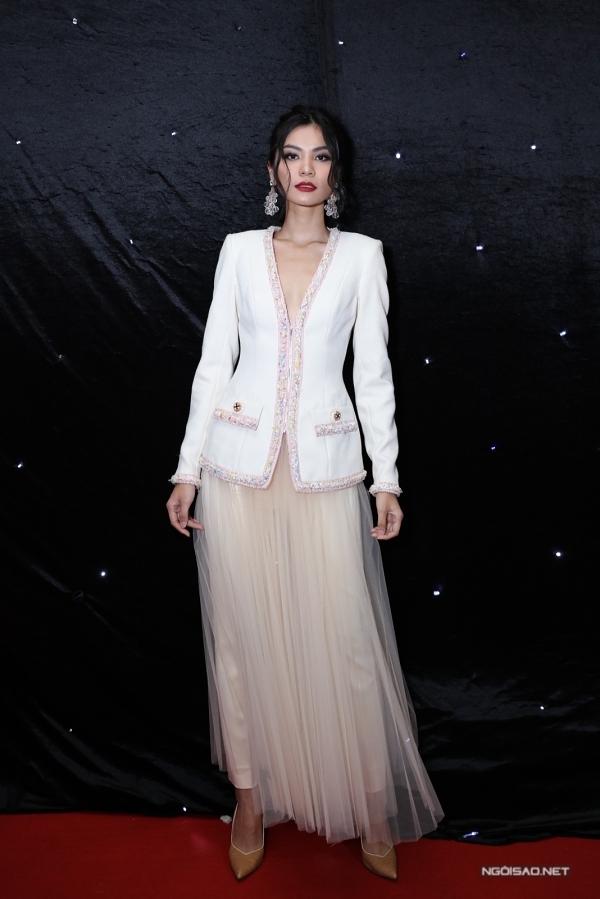 Quán quân Vietnams Next Top Model 2017 Kim Dung đến ủng hộ các đàn em trong đêm thi quan trọng.