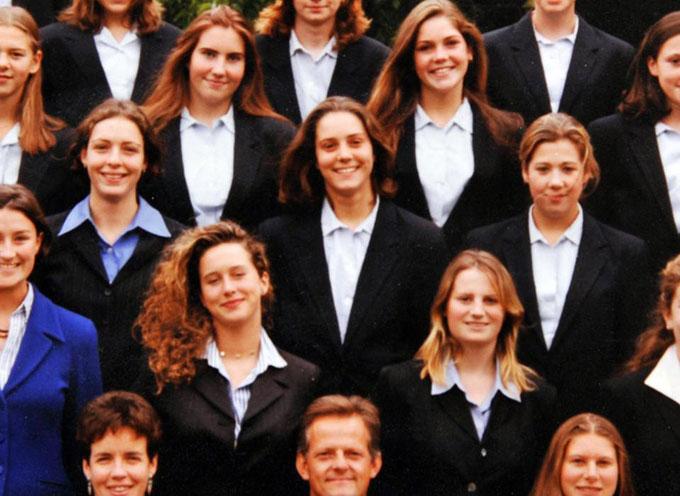 Kate (chính giữa) khi học tại trường Marlborough. Ảnh: UK Press.
