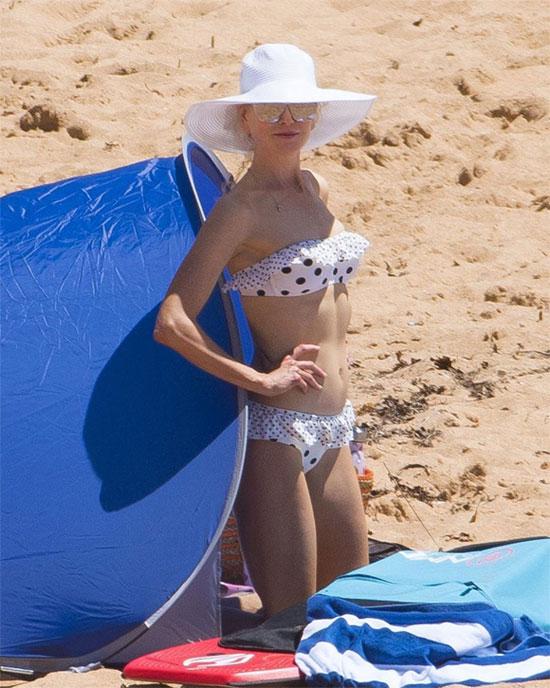 Nicole mặc bikini, khoe vóc dáng thon thả gợi cảm dù đã ngoài 50 tuổi.