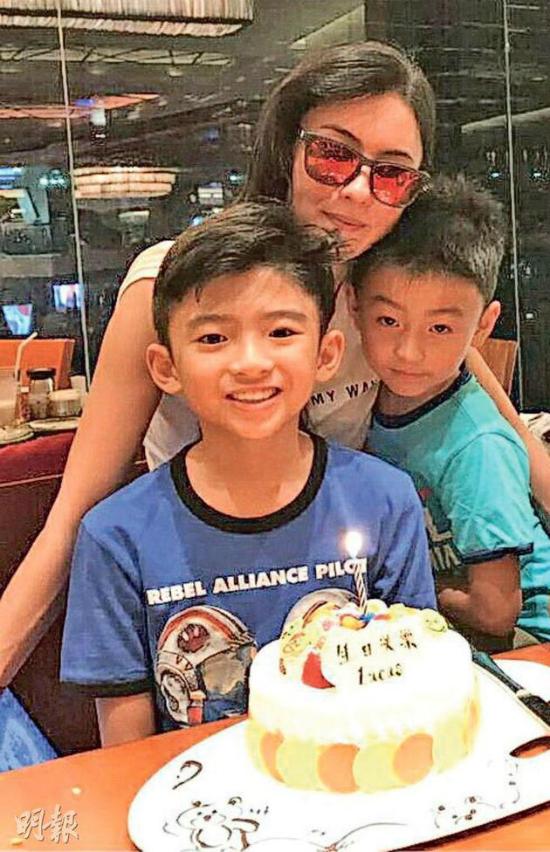Bá Chi và hai con trai.
