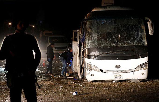 Chiếc xe buýt bị tàn phá nghiêm trọng bởi vụ nổ tối 28/12 khi cách quần thể Kim tự tháp Giza khoảng 4 km. Vụ nổkhiến ba du khách Việt thiệt mạng, 9 người bị thương. Ảnh: Reuters.