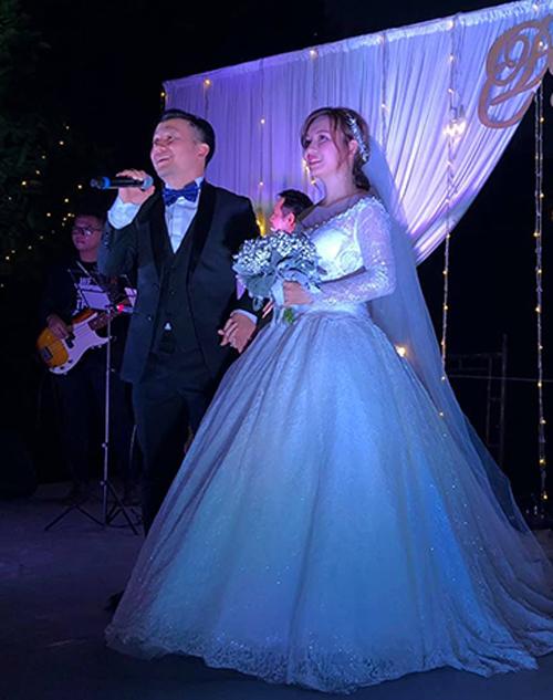 Chàng rapper nắm chặt tay vợ trong tiệc cưới diễn ra tối 30/12.