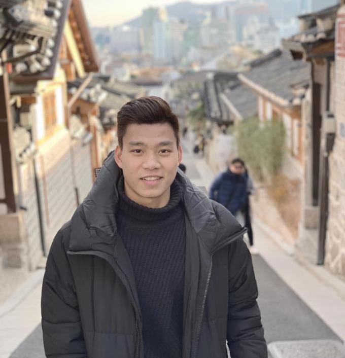 Văn Thanh đang ở Hàn Quốc điều trị chấn thương. Trong thời gian nghỉ ngơi chờ bình phục, chàng hậu vệ mang số áo 17 của đội tuyển Việt Nam tranh thủ tham quan nhiều địa điểm ở thủ đô Seoul như làng cổ Bukchon Hanok.