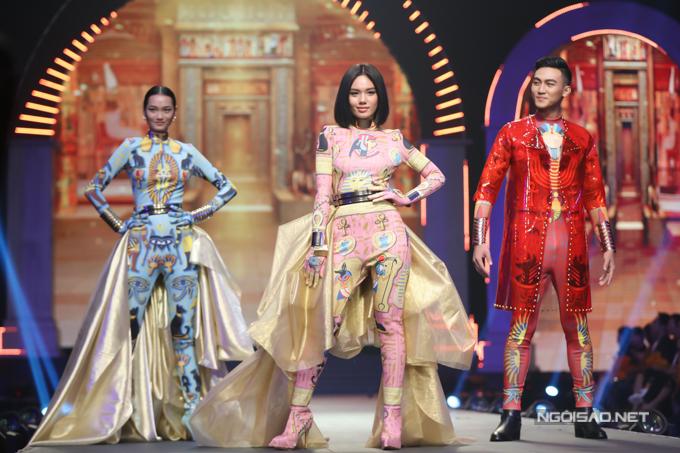 Chung kết The Face 2018 là cuộc chiến giữaQuỳnh Anh (trái), Trâm Anh (giữa) và Mạc Trung Kiên (phải).Sau màn Final Walk, 3 thí sinh cùng bước vào phần thi quay TVC ngay trên sân khấu chương trình.