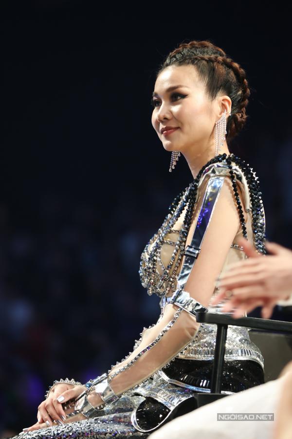Trước thắc mắc của host Nam Trung, Thanh Hằng không ngại chia sẻ, khi xuất hiện trên thảm đỏ, các nghệ sĩ nổi tiếng không khó tạo nên sức hút trước công chúng và phóng viên. Nhưng với các bạn trẻ thì cần phải tạo nên sự ấn tượng và nắm bắt khoảnh khắc để toả sáng.