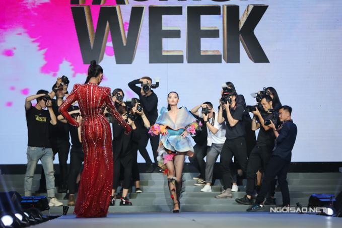 Từ những kinh nghiệm tích luỹ của bản thân, Võ Hoàng Yến giúp Quỳnh Anh xuất hiện như một siêu mẫu trên thảm đỏ.