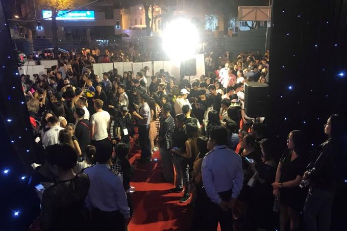 Phần thảm đỏ lộn xộn khiến nhiều nghệ sĩ phải tiến vào sân khấu mới có thể chụp hình với báo chí.