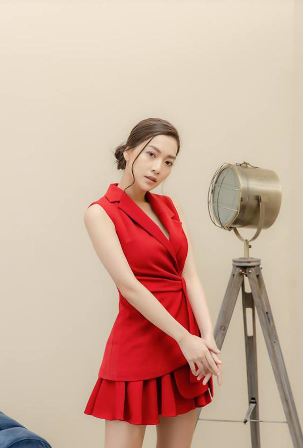 Set vest cách điệu xẻ ngực sâu cùng chân váy xếp ly tone đỏ, tôn được vóc dáng thanh mảnh và làn da trắng của nữ MC.