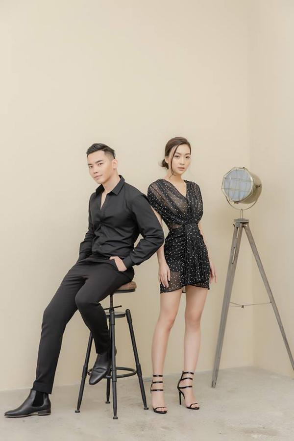 Với thiết kế váy chấm bi mỏng manh, nữ MC sử dụng sandal quai mảnh để xứng đôi với MC Mạnh Khang.