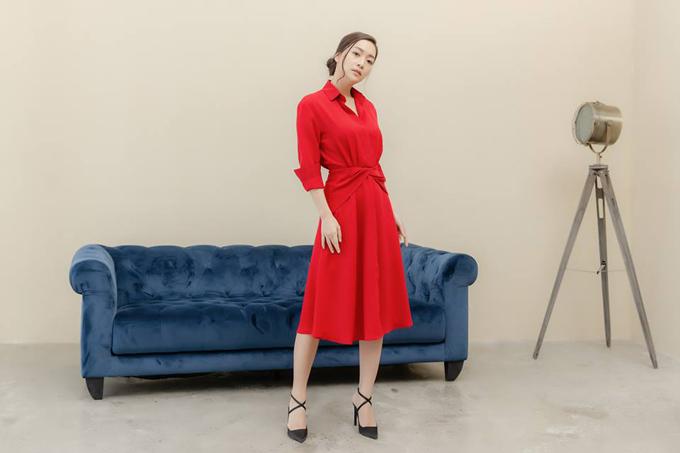 Huyền Quỳnh thích những mẫu đầm có thiết kế trẻ trung, bắt kịp xu hướng của thời trang thế giới. Tone màu đỏ rực giúp cô nổi bật khi xuấthiện trong các bữa tiệc cuối năm.