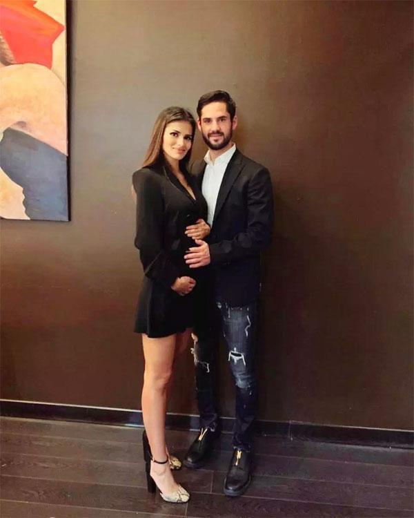 Tiền vệ Isco và bạn gái hân hoan chuẩn bị đón em bé đầu lòng.