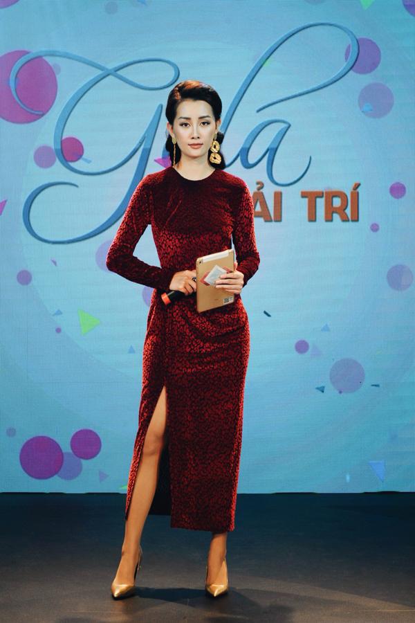 Trong buổi quay, Quỳnh Chi chọn bộ váy đỏ rực với ý nghĩa sẽ đem lại sự may mắn cho một năm mới.