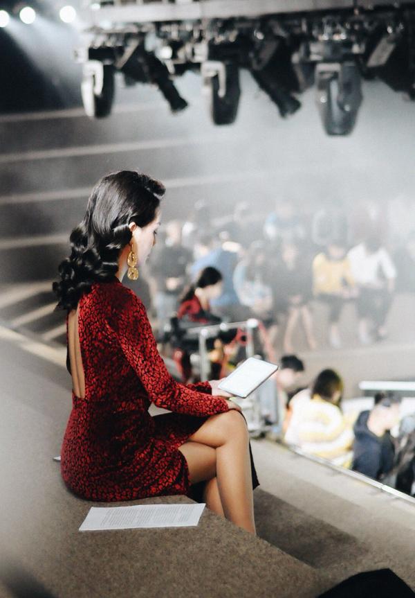 MC Quỳnh Chi cũng tập trung kiểm tra kịch bản, đồng thời quan sát buổi ghi hình.