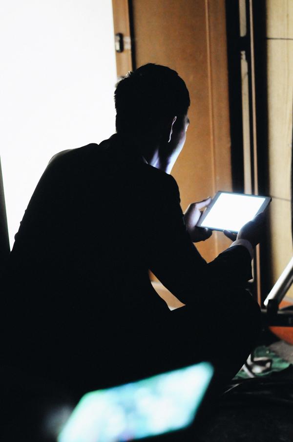 Ở hậu trường buổi ghi hình, Song Luân thi thoảng ngồi lặng lẽ một góc tốiđể đọckịch bản.