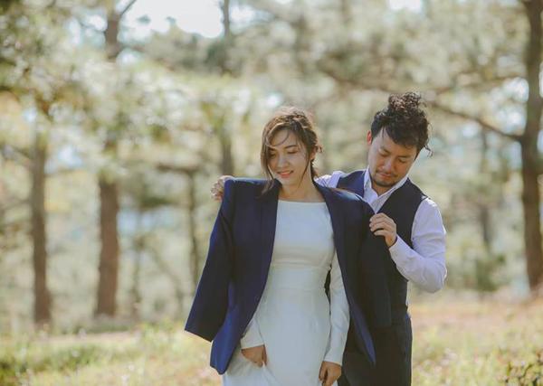 Tiến Đạt hé lộ thêm một số bức ảnh cưới vợ chồng anh chụp tại Hàn Quốc. Rapper chăm sóc cho bà xã chu đáo trong buổi chụp ảnh.
