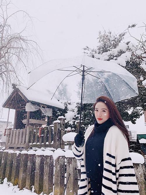 Thay vì đón năm mới ở Việt Nam, Bảo Thy sang Nhật để chào đón năm 2019. Đây không phải là lần đầu tiên nàng công chúa bong bóng sang xứ sở hoa anh đào nhưng theo cô, đây là lần trải nghiệm đặc sắc nhất với khung cảnh tuyết rơi ở làng cổ Shirakawago và phố cổ Takayama, miền Trung nước này. Làng Shirakawago thời gian gần đây được nhiều travel blogger Việt nô nức check in. Bảo Thy cũng nhanh chóng bắt trend và cô nàng may mắn được tận hưởng ngày tuyết rơi dày.