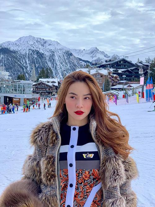 Mùa Giáng sinh năm nay, Hồ Ngọc Hà tạm gác lại công việc để đưa cả gia đình gồm bố mẹ và con trai sang châu Âu nghỉ dưỡng, kết hợp thăm gia đình của bạn trai Kim Lý. Subeo rất thích trượt tuyết nên nữ ca sĩ đã thuê một khu nghỉ dưỡng đẳng cấp thế giới để chiều con trai. Cô chia sẻ: Không thể tưởng tượng độ đẹp và sang chảnh ở đây, một trong những nơi vui chơi trượt tuyết đắt đỏ trên thế giới chuyên dành cho các tỷ phú dầu mỏ.