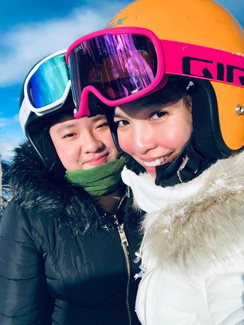Hiền Thục dành ngày nghỉ cuối năm cho chuyến du lịch cùng con gái Gia Bảo ở khu trượt tuyết Pagosa Springs, Colorado (Mỹ). Có lẽ, tất cả các chuyến đi cùng nắm tay con gái đều rất đáng ghi nhớ. Có lẽ, với Bảo béo, chẳng có gì là thú vị khi nắm tay mẹ, nhưng với mẹ nó, từng khoảnh khắc đều tạc rõ nét trong ký ức, nữ ca sĩ viết.