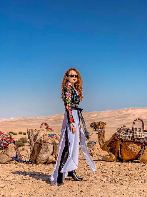 Minh Hằng tới đất nước Israel huyền bí để thực hiện bộ ảnh độc đáo trên sa mạc cùng những chú lạc đà. Chuyến đi còn có nhà thiết kế Trương Thanh Long - một người anh thân thiết trong nghề của bé Heo.