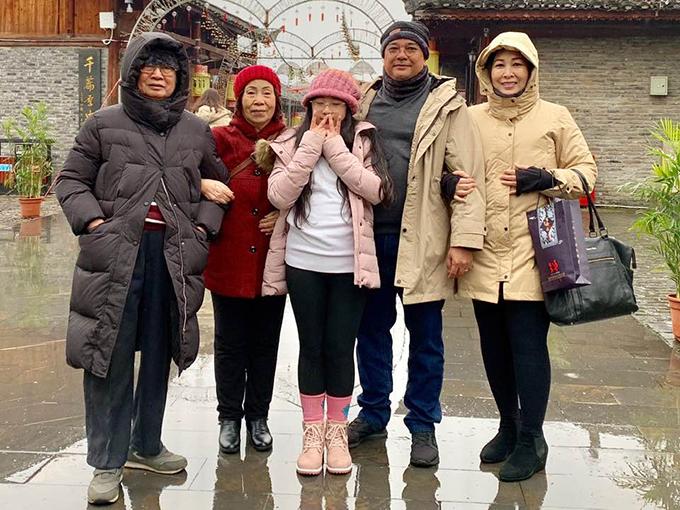 Vợ chồng nghệ sĩ Hồng Vân đưa bố mẹ và con gái cùng nhiều người thân tham gia chuyến du lịch Phượng Hoàng cổ trấn trong những ngày cuối năm. Thời tiết khá lạnh, sương mù dày đặc nhưng càng khiến cho khung cảnh ở thị trấn cổ thêm ma mị, huyền ảo.