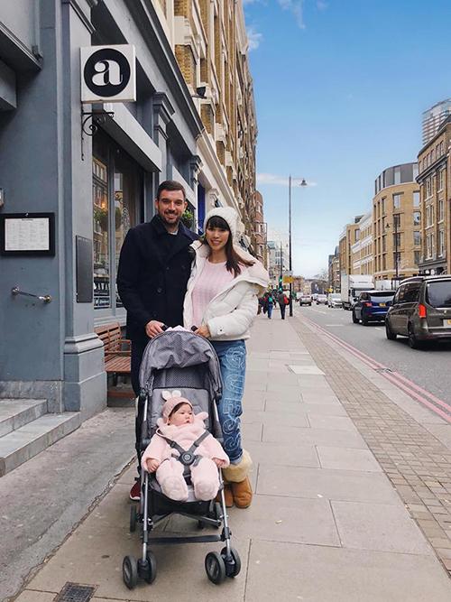 Theo truyền thống mọi năm, cứ đến Noel và Tết dương lịch, Hà Anh và ông xã lại quay về London (Anh) - quê hương của chồng siêu mẫu để thăm gia đình. Năm nay có sự góp mặt đặc biệt của thành viên mới là bé Myla.
