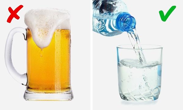 Nước lọc Nước lọc giúp đào thải độc tố, ngăn ngừa mùi cơ thể hiệu quả. Trong khi đó, uống bia quá thường xuyên có thể làm cơ thể bốc mùi vì mùi cồn thoát ra khỏi các lỗ chân lông.