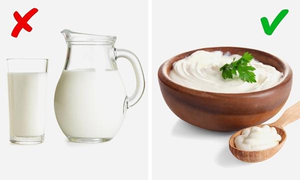 Sữa chua Các hợp chất có trong sữa chua giúp giảm lượng các hợp chất sulfite, choline gây mùi. Trong khi đó, sữa lại chứa nhiều choline, có thể gây ra mùi khó chịu.