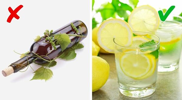 Nước chanh Giống như bia, uống quá nhiều rượu khiến cơ thể có mùi cồn. Để giải quyết tình trạng này, bạn nên uống nhiều nước chanh. Hàm lượng chất chống oxy hóa cao trong chanh giúp khử mùi hiệu quả.