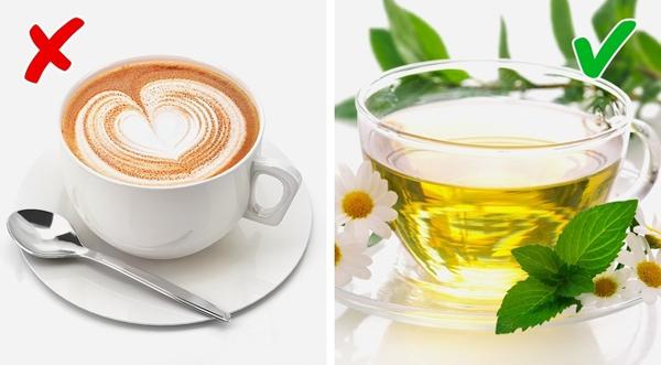 Trà thảo dược Các loại trà thảo dược giúp khử mùi hiệu quả. Các thức uống có chứa caffeine đều có nguy cơ gây ra mùi cơ thể.