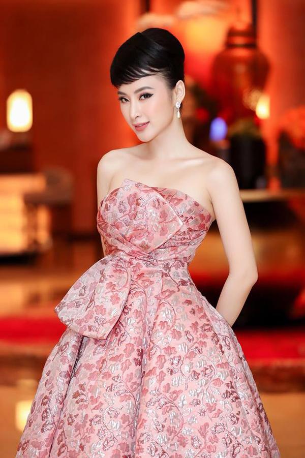Phong cách cổ điển dễ khiến phái đẹp trở nên chững tuổi vì thế Angela Phương Trinh đã khéo léo chọn lựa cách làm tóc, trang phục và lối trang điểm phù hợpkhi theo đuổi mốt này.