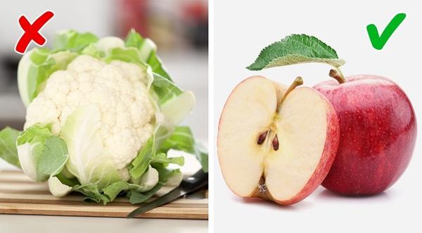 Táo Súp lơ chứa choline, một chất có thể gây ra mùi hôi trong khi táo lại giúp khử mùi hữu hiệu.