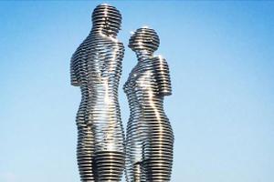 Bức tượng đôi tình nhân 'hôn nhau' mỗi ngày