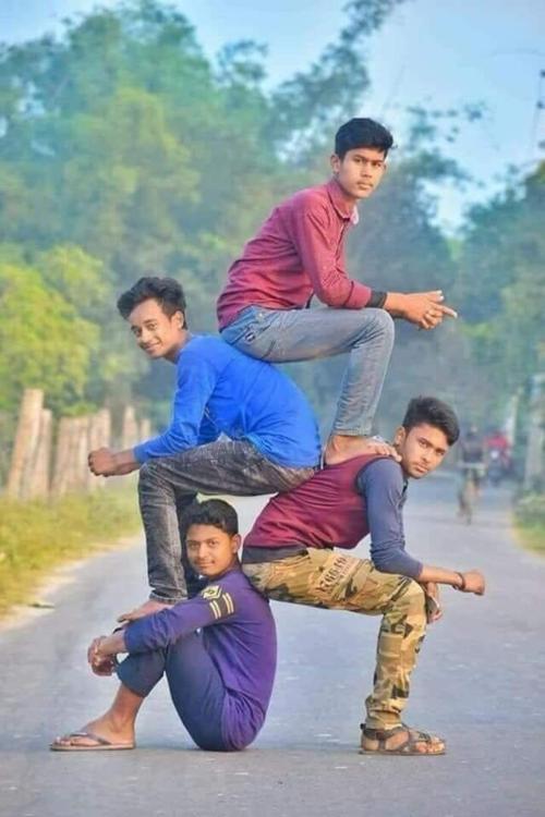 Trào lưu bắt nguồn từ bức ảnh 4 chàng trai Ấn Độvới cách tạo dáng độc đáo.