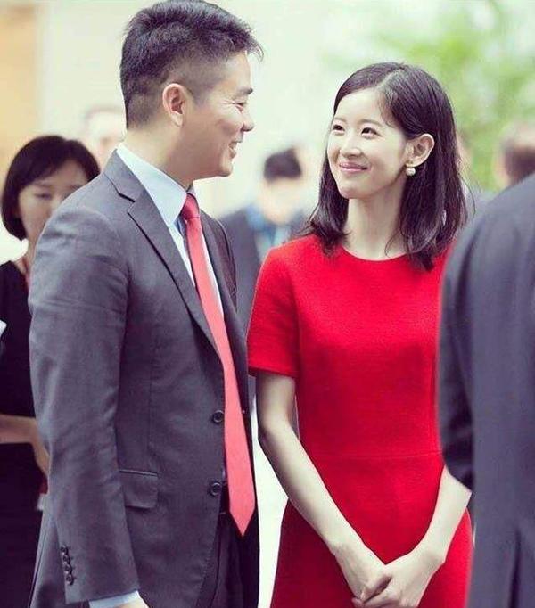Tỷ phú Lưu Cường Đông và vợ Chương Trạch Thiên trong một sự kiện vào tháng 7/2017. Ảnh: Weibo.