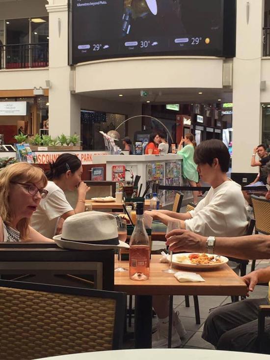 Cặp sao Hàn tại một cửa hàng ăn ở Australia.
