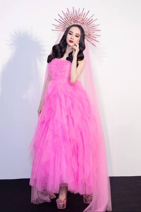 Song song với cách đổi mới về cách tạo dựng hình ảnh, Angela Phương Trinh vẫn áp dụng những tuyệt chiêu để trở thành nhân vật trung tâm trên thảm đỏ. Ngoài trang phục, các kiểu phụ kiện kỳ công luôn tạo nên điểm nhấn cuốn hút cho nữ diễn viên.