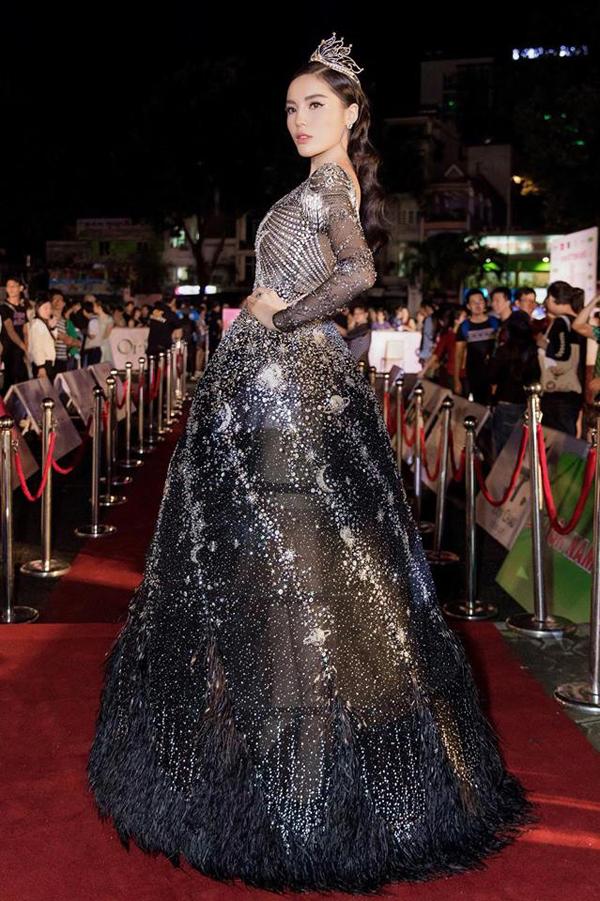 Hoa hậu Kỳ Duyên tỏa sáng với váy xuyên thấu đính kết hình ảnh dải ngân hà lung linh. Váy đi tiệc còn được trang trí lông vũ để tạo độ uyển chuyển.