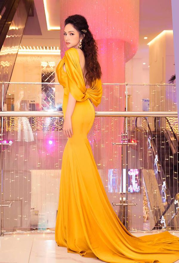 Váy đuôi cá, váy xẻ cao, váy cúp ngực sexy... là các phom dáng luôn được Hương Giang tin tưởng.