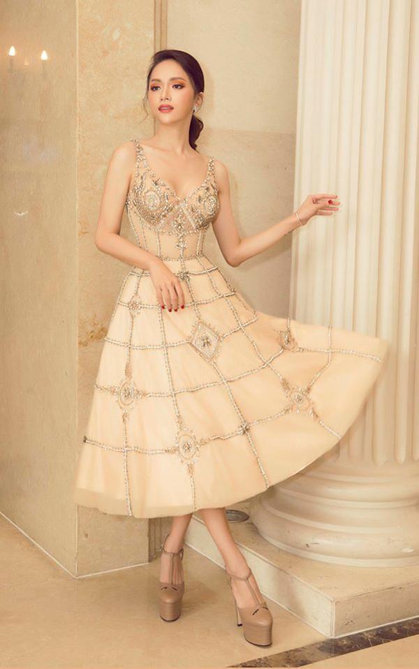 Cách giữ gìn vóc dáng mảnh mai cũng là yếu tố giúp Hương Giang dễ dàng sử dụng nhiều phom dáng váy áo đi tiệc.