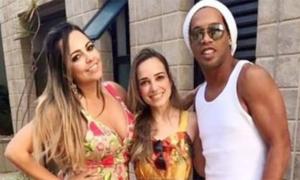 Ronaldinho đón năm mới bên hai người vợ
