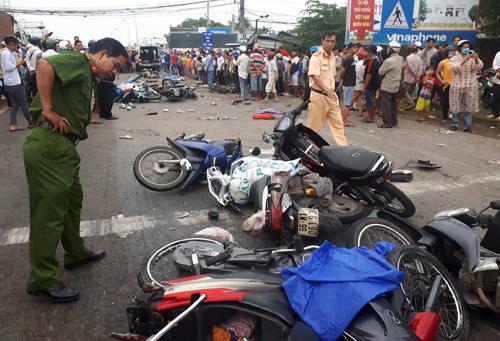 Xe máy nằm la liệt sau cú tông của xe container chiều 2/1. Ảnh: Hoàng Nam.