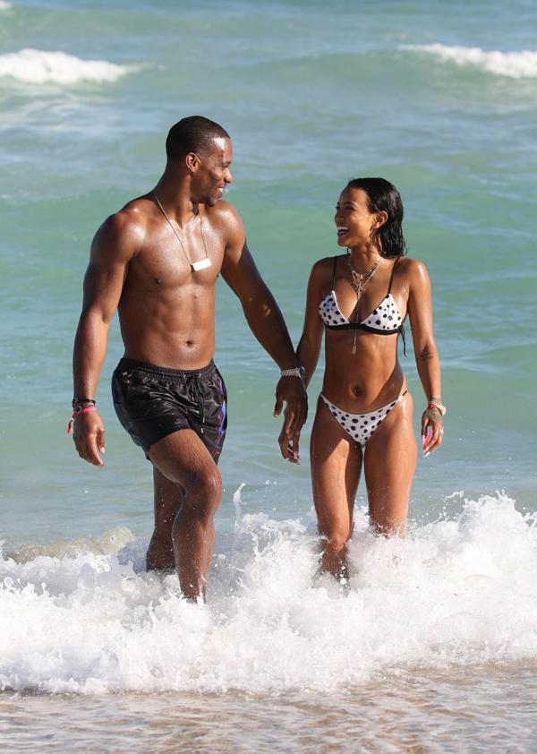 Người mẫu kiêm diễn viên Karrueche Trần đang có kỳ nghỉ đón năm mới ở Miami cùng chàng người tình Victor Cruz.