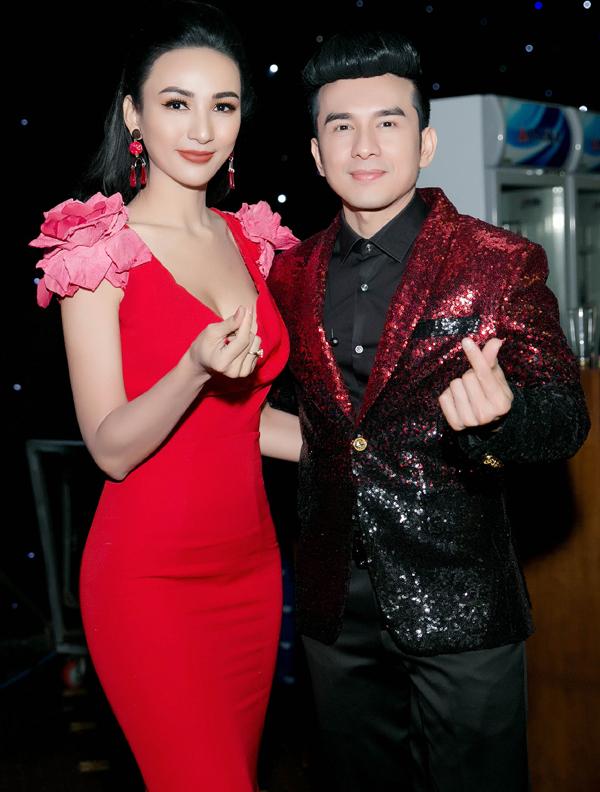Ngọc Diễm trở lại làm việc sau chuyến du lịch Sapa cùng con gái. Cô mặc váy đỏ rực chụp ảnh cùng anh Bo Đan Trường trong buổi tiệctri ân khách hàng do một thương hiệu tổ chức ở TP HCM, hôm 1/1.